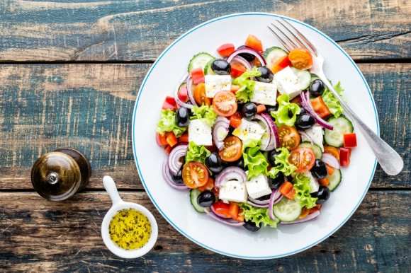Mixed with onions, feta cheese, tomatos, lettus and olive oil this Greek salad is bursting with colour.