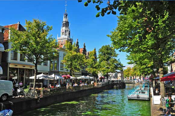 Restaurants open for business by Alkmaar's canal