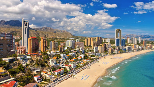 Hochhäuser und Strand in Benidorm, Costa Blanca, Spanien - waterfront skyscrapers and beach in Benidorm, Costa Blanca, Spain